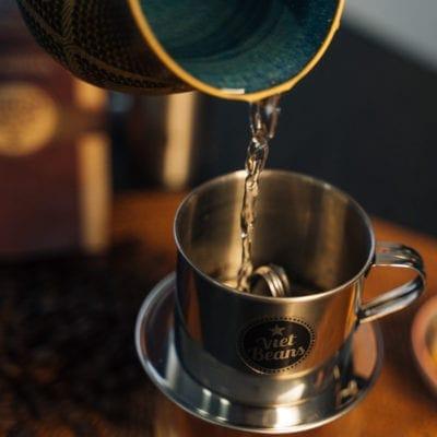 VietBeans Phin vietnamesischer Kaffeefilter in Benutzung