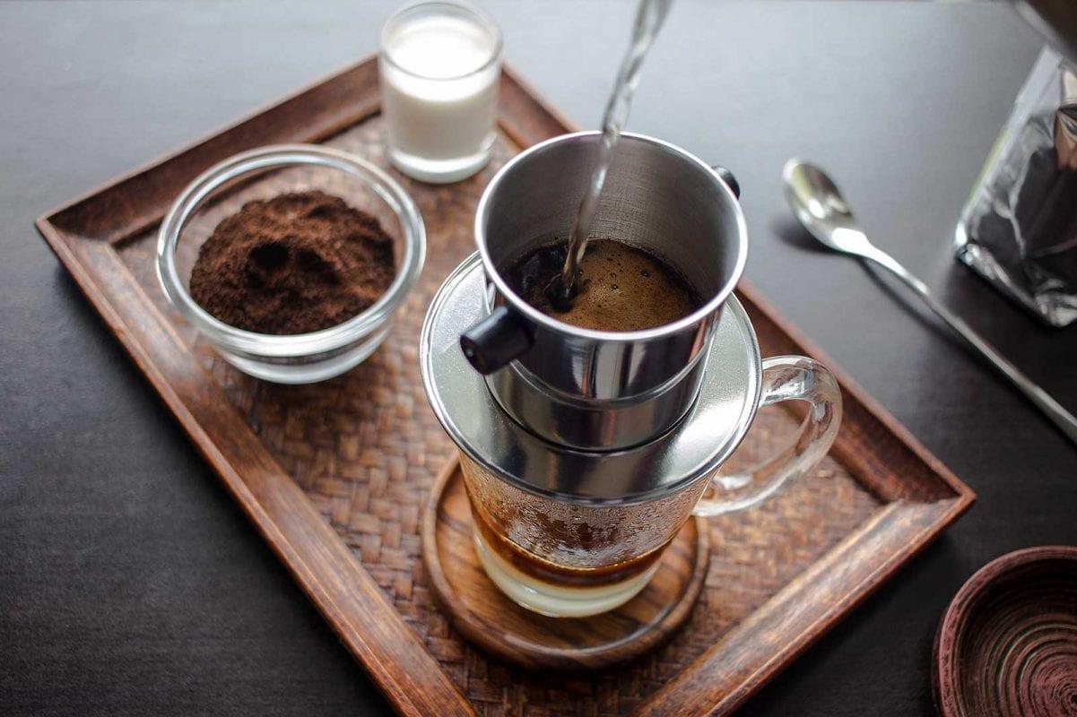 Kaffee-Zubereitung mit einem traditionellen vietnamesischen Kaffeefilter und gezuckerter Kondensmilch