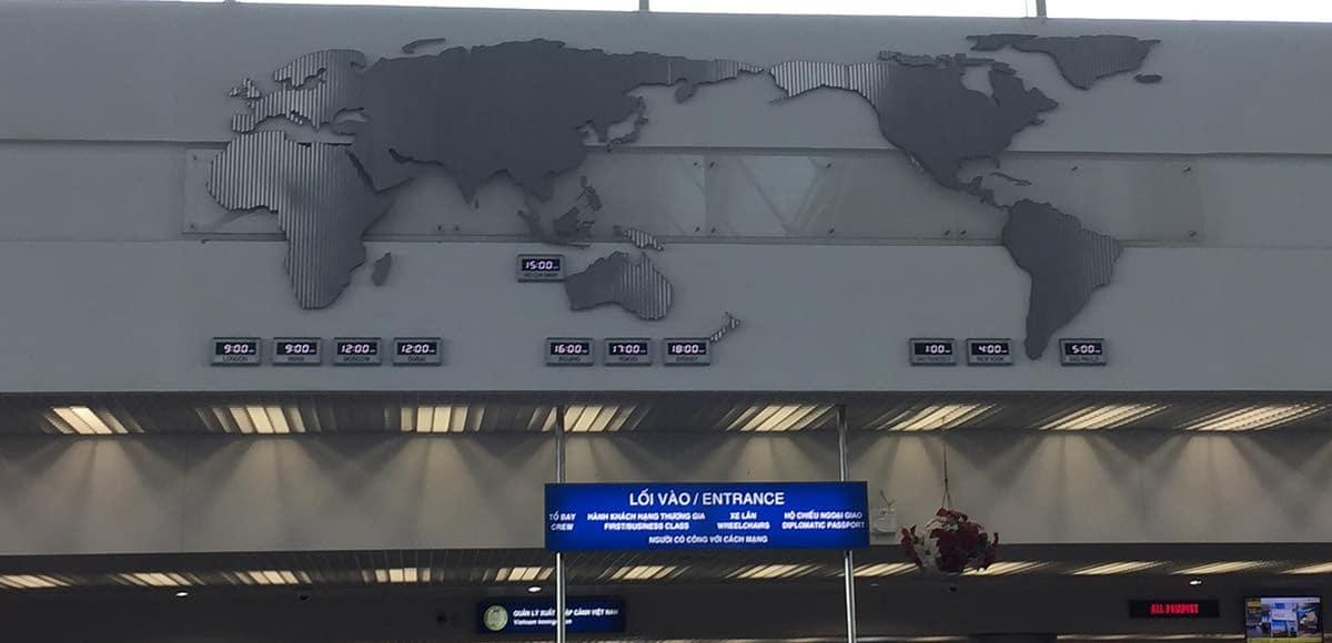 Weltkarte in der Abflughalle des Flughafens von Ho-Chi-Minh-Stadt, Vietnam