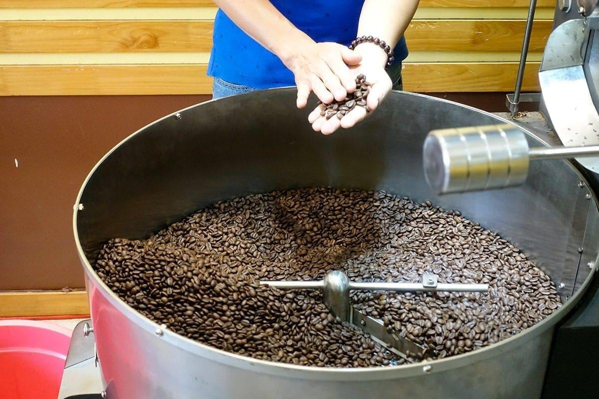 Qualitätskontrolle der Kaffeebohnen während der Trommelröstung