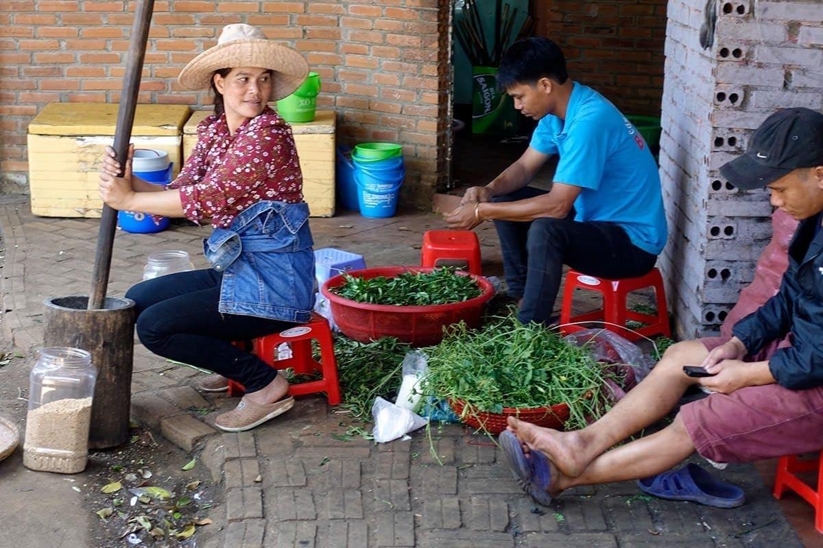 Eine Frau der Mẹo, ein indigenes Volk in Vietnam und China, bereitet das Abendessen vor
