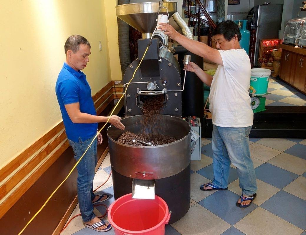 Die beiden Brüder Hiếu und Tanh von Coffee24 während des Röstprozesses