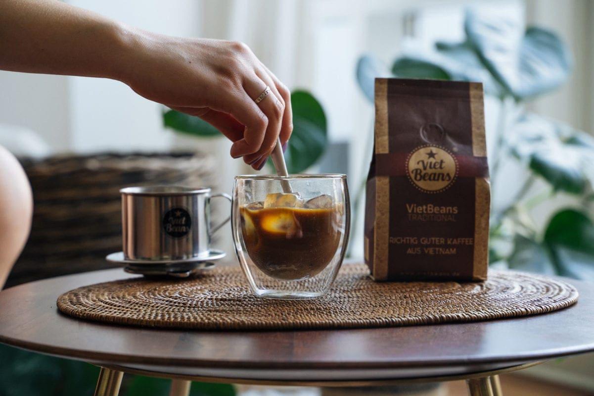 Eiskaffee Zubereitung Rühren Kaffeetasse VietBeans