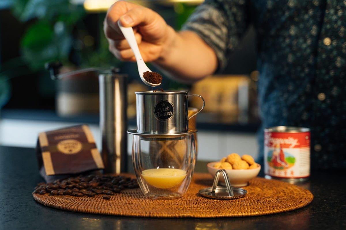 Vietnamesischer Kaffee Zubereitung 3-4 gehäufte Teelöffel Kaffee einfüllen