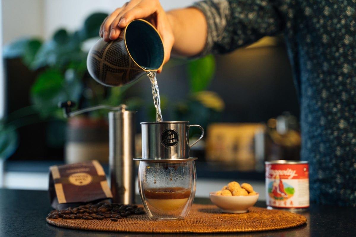 Vietnamesischer Kaffee Zubereitung Gesamten Behälter mit heißem Wasser füllen